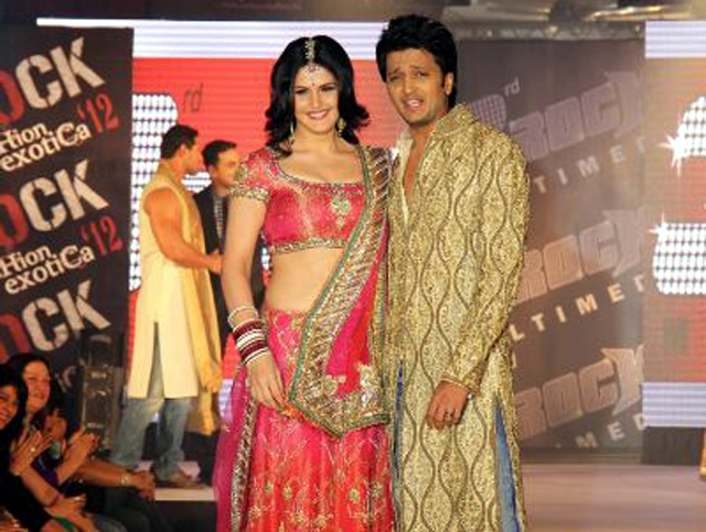Ritesh Deshmukh Walking The Ramp With Zarine Khan In Designer Akki    Ritesh Deshmukh Body In Housefull