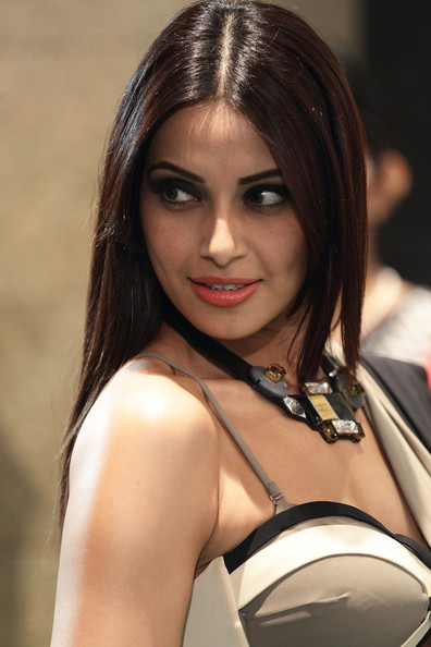 Bipasha Basu IIFA Awards 2012 Rocks Green Carpet Hot Images