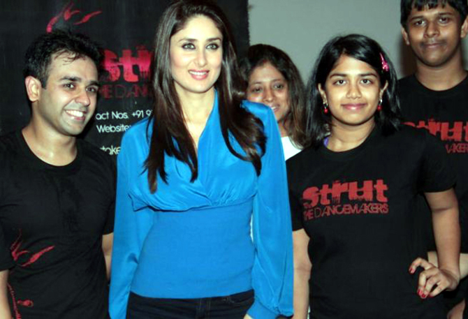 Kareena Kapoor posing with STRUT dance academy students in Mumbai Pic