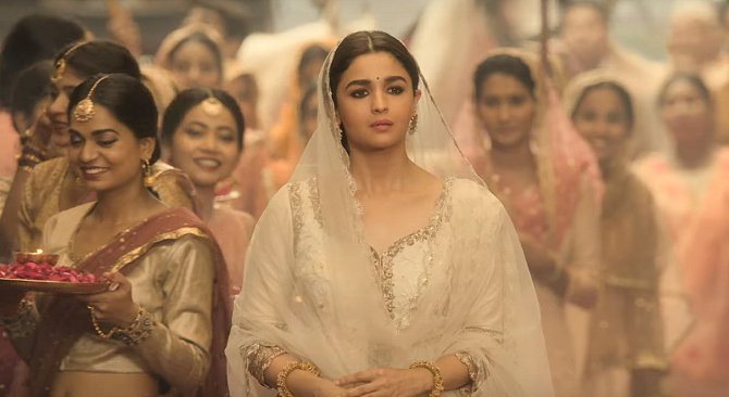 Alia Bhatt   Madhuri Dixit KALANK Movie Song Pic  10
